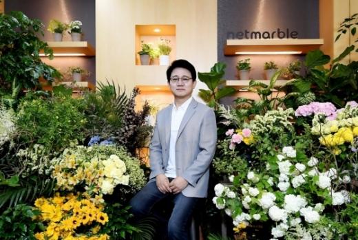 방준혁 넷마블 의장이 '플라워 버킷 챌린지'(꽃 선물하기) 캠페인에 동참했다. 방 의장은 김택진 엔씨소프트 대표의 추천으로 이번 캠페인에 참여하면서 다음 주자로 이해선 코웨이 대표를 지목했다. /사진=넷마블