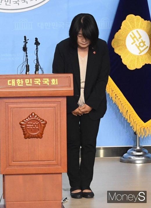 [머니S포토] 고개 숙인 윤미향