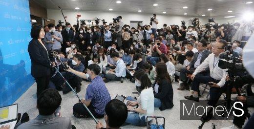 """[머니S포토] '정의연 의혹' 윤미향 """"의정활동을 통해 엉킨 실타래 풀 것"""""""
