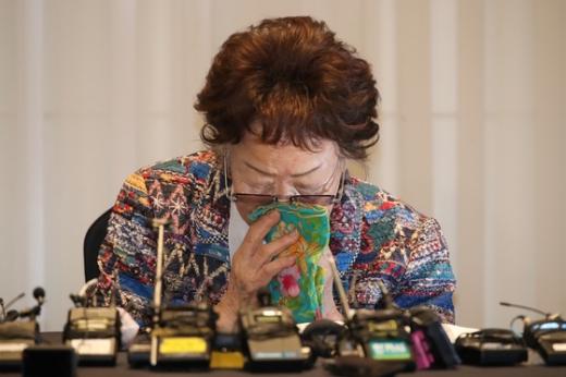 일본군 위안부 피해자인 이용수 할머니가 지난 25일 대구 인터불고호텔에서 기자회견 도중 울먹이고 있다. /사진=뉴스1