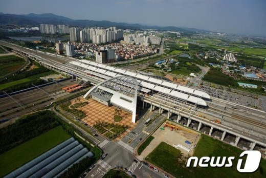 충북 오송역 인근 전차선(전력공급 선로)에서 장애가 발생해 KTX와 SRT 열차 운행이 지연되고 있다. /사진=뉴스1