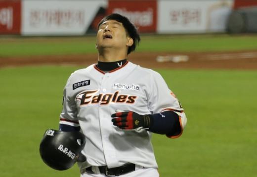 한화 이글스 포수 최재훈이 지난 12일 열린 KIA 타이거즈와의 경기에서 안타성 타구가 아웃되자 아쉬워하고 있다. /사진=뉴스1
