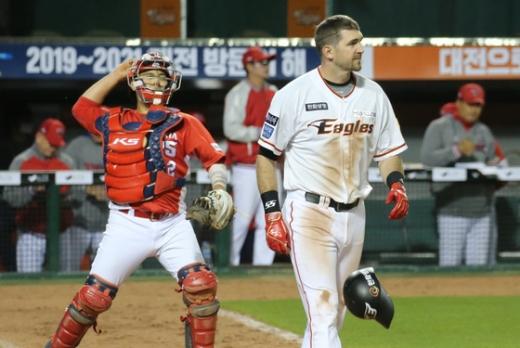 한화 이글스 외국인 타자 제라드 호잉(오른쪽)은 한국 생활 3년차인 이번 시즌 극도의 부진을 겪고 있다. /사진=뉴스1