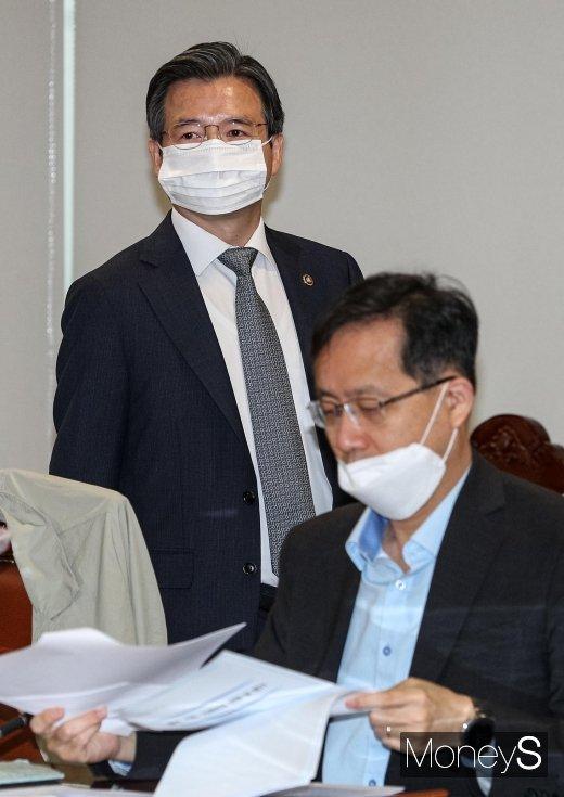 [머니S포토] 거시경제금융회의 참석하는 김용범 기획재정부 1차관