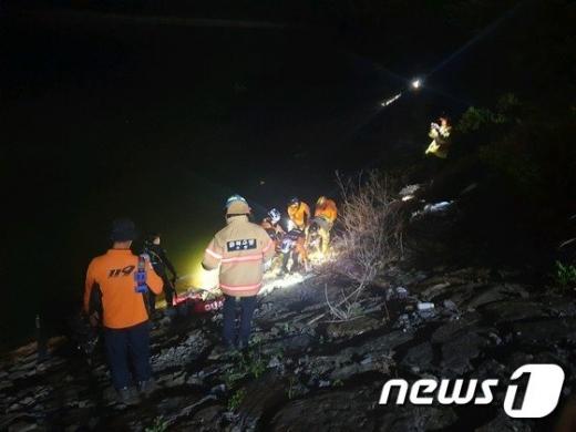 충북 옥천군 안내면 장계교 근처 도로를 달리던 승용차가 비탈길로 추락해 대청호에 빠졌다. 사고로 3명이 사망하고 2명이 부상을 입었다. /사진=뉴스1(옥천소방서 제공)