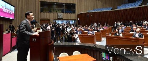 [머니S포토] 통합당 의원들 앞에 선 주호영 원내대표