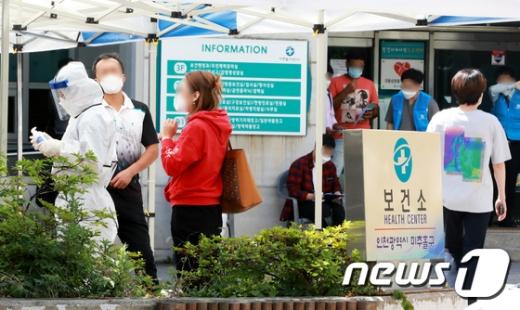 지난 1일 오후 인천 미추홀구 보건소 선별진료소에서 시민들이 검체검사를 받기 위해 기다리고 있다. /사진=뉴스1
