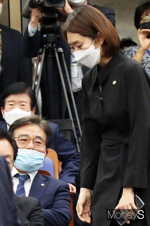 [머니S포토] 21대 국회 민주당 첫 의총 참석한 '고민정'