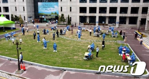 2일 오후 인천시 부평구 부평구청에 마련된 선별진료소에서 검체검사가 진행되고 있다. /사진=뉴스1
