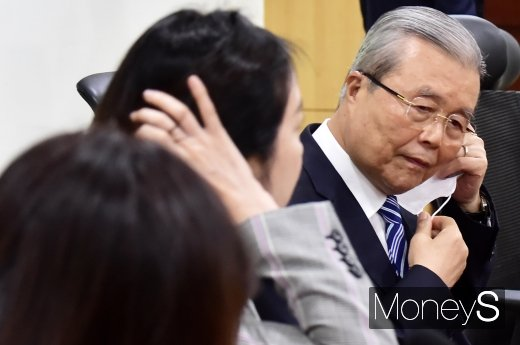 [머니S포토] 마스크 벗는 김종인 비대위원장