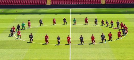 리버풀 선수단이 2일(현지시간) 홈구장인 영국 리버풀 안필드 경기장에서 조지 플로이드의 사망에 항의하는 의미로 퍼포먼스를 선보이고 있다. /사진=리버풀 공식 홈페이지 캡처