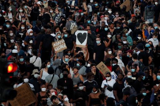2일(현지시간) 프랑스 파리에서 조지 플로이드 사망 항의 시위가 진행됐다. /사진=로이터