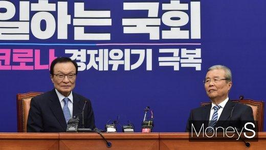 [머니S포토] 21대 국회 원 구성 여야 대치 속 수장으로 만난 이해찬-김종인