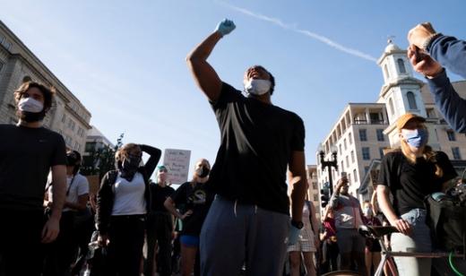 지난달 25일 미국 미니애폴리스에서 경찰 데릭 쇼빈의 강압적인 체포로 흑인 조지 플로이드가 목숨을 잃었다. 사진은 플로이드 사망 항의 시위에 나선 시민. /사진=로이터