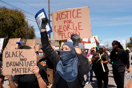 흑인 조지 플로이드 사망 사건과 관련해 시위에 나선 LA시민. /사진=로이터(뉴스1)