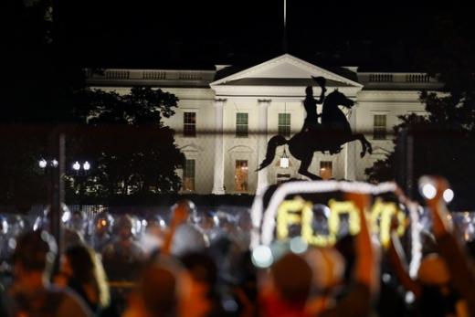 2일(현지시간) 미국인들이 백악관 앞에서 플로이드 사망 항의 시위를 하고 있다. /사진=로이터