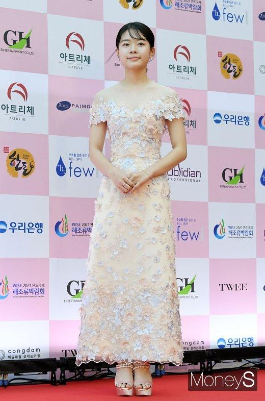 [머니S포토] 이재인, 청순한 꽃잎 드레스