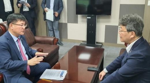 변성완 시장 권한대행(오른쪽)이 이헌승 국회의원(왼쪽) 국회의원실을 방문해 현안에 대한 협조를 요청했다./사진=이헌승 의원실