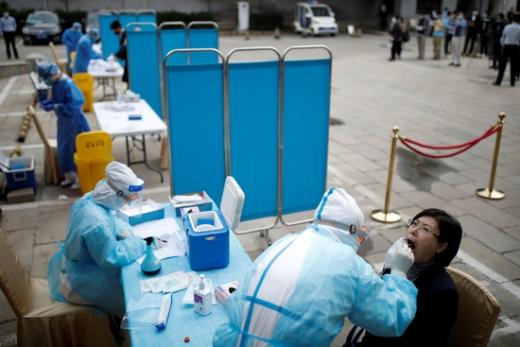 지난달 28일 중국 베이징에서 사람들이 신종 코로나바이러스 감염증(코로나19) 검사를 받고 있다. /사진=로이터