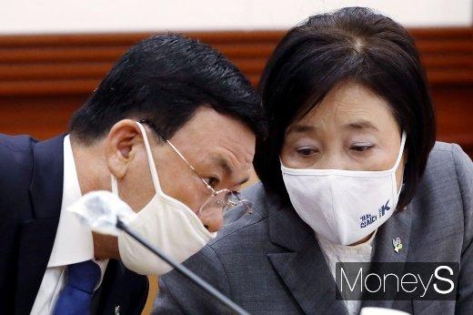 [머니S포토] 의견 나누는 박영선-박주봉