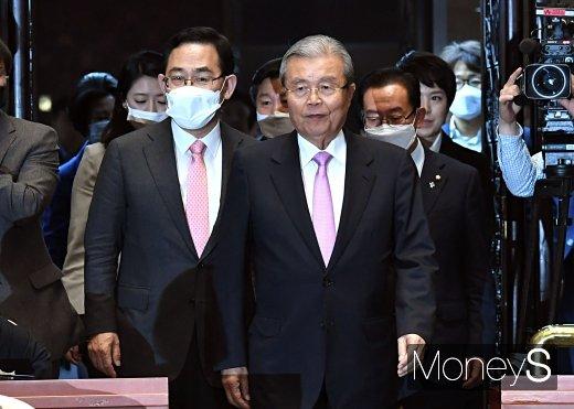 [머니S포토] 김종인·주호영, 2차 의원총회 참석