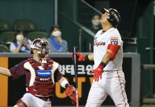 내야수 김태균(오른쪽) 등 한화 이글스의 베타랑들은 이번 시즌 팀의 중심으로 활약하기에는 다소 부족한 모습을 보였다. /사진=뉴스1