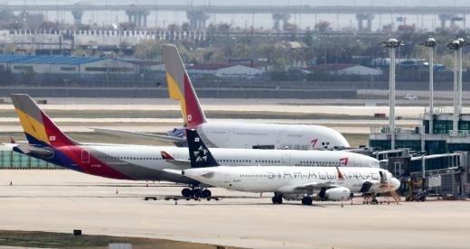 HDC현대산업개발이 아시아나항공 인수 의지에 변함이 없다는 뜻을 밝혔다. 사진은 인천국제공항의 아시아나항공 여객기. /사진=뉴시스 홍효식 기자