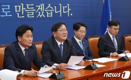 김태년 더불어민주당 원내대표(왼쪽 두번째)가 9일 오전 서울 여의도 국회에서 열린 원내대책회의에서 모두발언을 하고 있다. /사진=뉴스1
