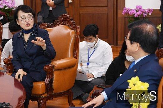 [머니S포토] 대화 나누는 김진애 원내대표