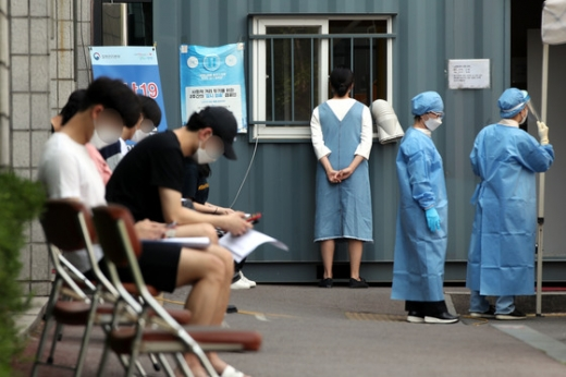 지난 8일 서울 양천구보건소에 마련된 선별진료소를 찾은 시민들이 검사 순서를 기다리고 있다. /사진=뉴스1