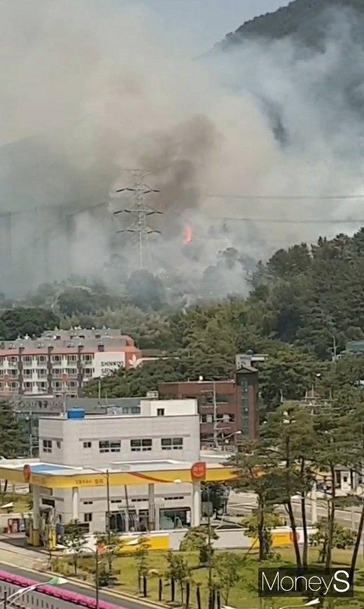 경남 양산시 동면 금정산에서 산불이 발생한 가운데 소방차 진입이 어려워 진화에 어려움을 겪고 있다. /사진=독자제공