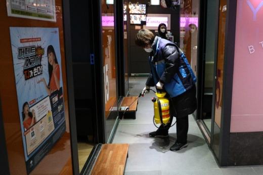 보건당국 직원들이 서울 종로구의 한 노래방에서 방역 작업을 벌이고 있다. /사진=뉴스1
