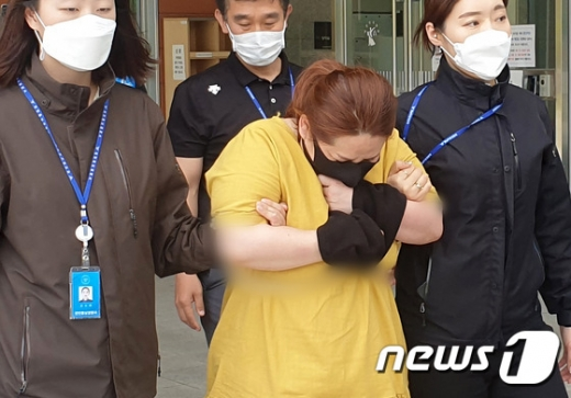 충남 천안에서 9세 의붓아들을 여행용 가방에 7시간 넘게 가둬 숨지게 한 혐의를 받는 천안 계모가 검찰에 넘겨진다. /사진=뉴스1
