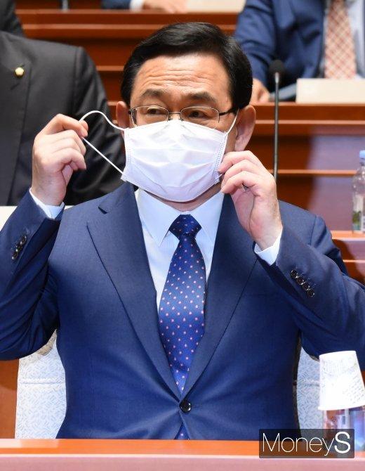 [머니S포토] 마스크 벗는 주호영 원내대표