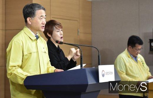 [머니포토] 박능후 장관, 수도권 방역 예방 조치 관련 브리핑