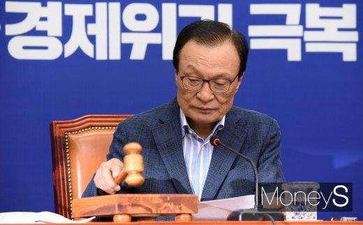 [머니S포토] 최고위원회의 주재하는 이해찬 대표