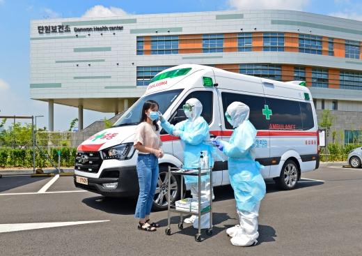 안산시(시장 윤화섭)는 코로나바이러스감염증-19(코로나19) 등 감염병 환자를 안전하게 이송하기 위한 음압특수구급차 1대를 도입해 운행에 나선다고 12일 밝혔다. / 사진제공=안산시