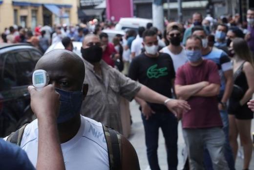 브라질 상파울루시에서 방역당국 직원들이 한 시민의 체온을 측정하고 있다. /사진=로이터
