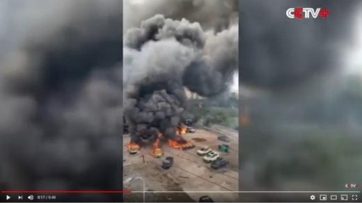 중국 관영 CCTV가 공개한 이번 사고 영상에는 거대한 불덩이가 공중으로 치솟아오르고 사람들이 비명을 지르는 장면이 담겼다. 다른 영상에서는 큰 파편 조각이 공중으로 날아가 건물과 부딪치고 유조선 잔해와 트럭 타이어도 날아갔다. /사진=CCTV 화면 캡처