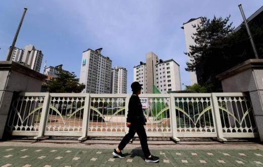 이태원 클럽발 코로나19 집단감염 확산으로 고3 학생들의 등교 일정이 불투명해진 지난달에 서울 한 고등학교의 정문이 닫혀있다. /사진=머니투데이 이기범 기자