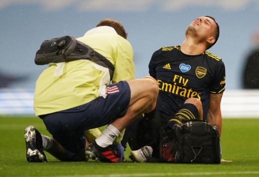 아스날 미드필더 그라니트 자카가 지난 18일(한국시간) 영국 맨체스터 이티하드 스타디움에서 열린 2019-2020 잉글랜드 프리미어리그 29라운드 맨체스터 시티와의 경기에서 전반전 부상을 당해 고통스러워하고 있다. /사진=로이터