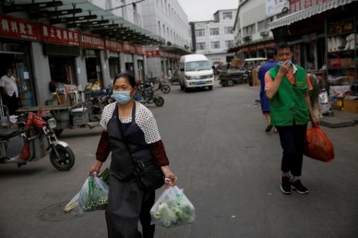 중국에서 신종 코로나 바이러스 감염증(코로나 19) 확진자가 26명 늘었다. 이중 22명은 베이징에서 발생했다. 베이징의 신규 확진자는 8일 연속 두 자릿수를 기록했다. 지난 11일부터 열흘간 누적 확진자는 227명이다. 사진은 중국 베이징 시민들의 모습/사진=로이터.