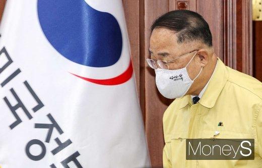 [머니S포토] 8차 비상경제 중대본 입장하는 홍남기 부총리