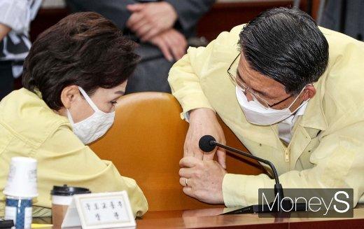 [머니S포토] 경제중대본, 의견 나누는 김현미-은성수