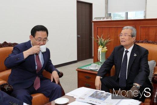 [머니S포토] 티타임 갖는 주호영·김종인