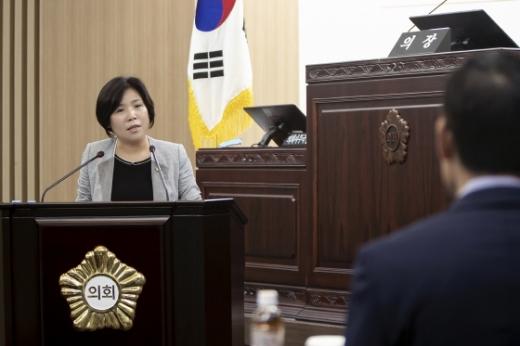 박연숙 화성시의원이 질의를 하고 있다. / 사진제공=화성시의회