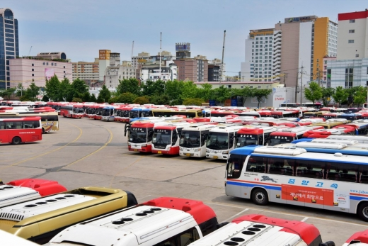 광주버스종합터미널에는 코로나19로 인한 승객 감소로 운행을 중단한 버스로 가득차 있다./사진=머니S DB.
