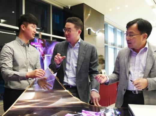 구광모 LG 회장(가운데)이 오는 29일 그룹의 사령탑에 오른 지 2년을 맞이한다. / 사진=LG