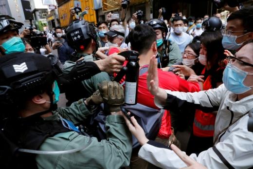 지난달 홍콩에서 열린 홍콩보안법 통과 반대시위에서 시민들과 경찰이 충돌하고 있다. /사진=로이터