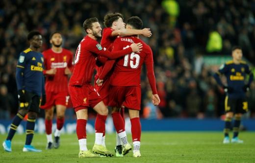 지난해 10월 열린 잉글랜드 리그컵 4라운드 아스날과 리버풀의 경기에서 리버풀 선수들(붉은색 유니폼)이 알렉스 옥슬레이드 체임벌린의 골이 터지자 다같이 모여 기뻐하고 있다. /사진=로이터